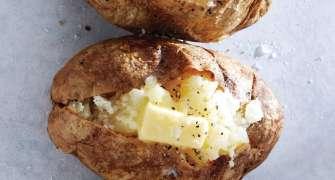 Cartofi copți în coajă, cu unt și parmezan