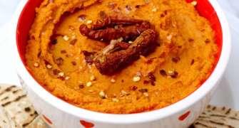 Hummus cu ardei copți și roșii uscate
