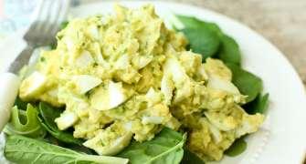 Salată cu ouă fierte și avocado