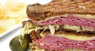 Sandwich Reuben cu carne de vită