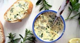 Cremă de unt cu usturoi și ierburi aromatice