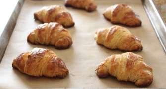 Croissante cu ciocolată simple și rapide
