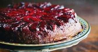 Prăjitură cu prune răsturnată