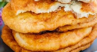 Langoși umpluți cu brânză și mărar