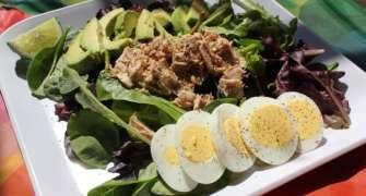 Salată cu ton și ouă fierte
