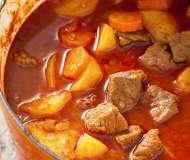 Gulaș autentic cu găluște și cartofi