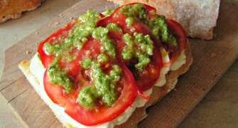 Sandwich cu mozzarella, rosii si pesto