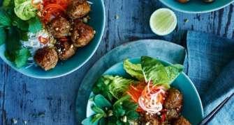 Chiftele Vietnameze Cu Noodles Si Legume Murate